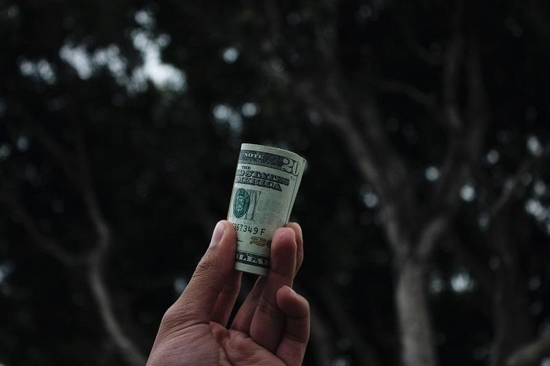 ilustrasi membawa uang untuk usaha tanpa modal